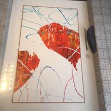 壁一面の抽象画は火の鳥を描いているそう