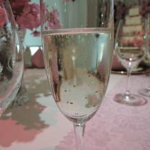 乾杯の金粉入りシャンパン