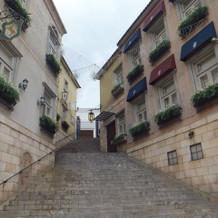 階段側面にツタの模様。奥がチャペル。