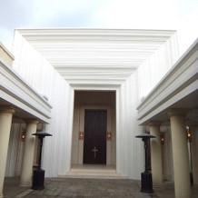 チャペル入口。真っ白でオシャレ。