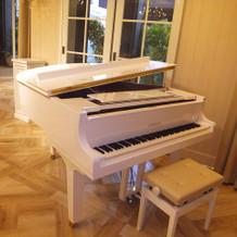 白いグランドピアノも素敵!