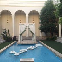 プールがあり、開放感あるお庭です。