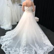後ろ姿がとても綺麗なドレスでした。