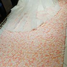 チャペルに敷きつめた花びら絨毯。