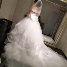 後ろが長いドレス