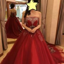 有名人デザインの赤ドレス
