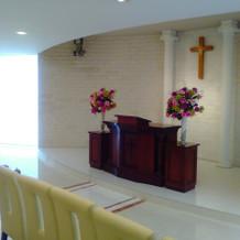 キリスト教式の際の十字架と祭壇