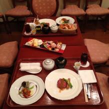 披露宴後に温かい食事がいただけます。