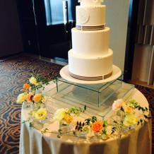 ケーキの周りの装花例