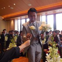 ゲストから花をもらいブーケを作る