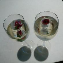 バラ入り氷が浮かぶウェルカムドリンク
