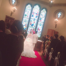レッドカーペットに白いドレスが映える。