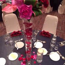 テーブルに生花と薔薇が装飾