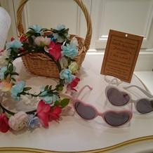 フォトブースの花冠とハートサングラス