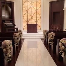 暖かさの感じる照明と美しい聖堂