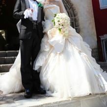 白ドレスとタキシード