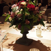 卓上装花は秋らしい色味とアンティーク感