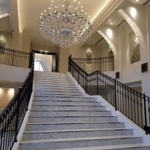 正面玄関すぐの階段