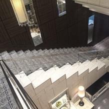 階段が長く、幅も広い。入場できます。