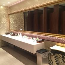 お手洗い、鏡が大きい