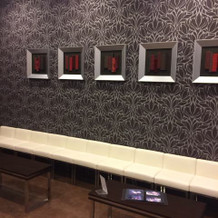 親族控室、壁にはアート