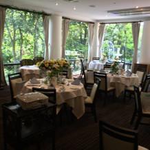 会食会場のレストランは緑がいっぱい