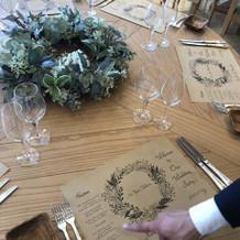 ボタニカ会場の木目テーブル