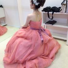 ピンクのカラードレス。