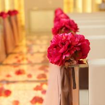 教会内はピンクのお花が飾られていました。