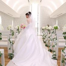 バラのついたシンプルなウェディングドレス