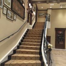 ウッド調会場内の螺旋階段