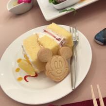 子供用の切り分けたウエディングケーキ