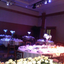 各テーブルの中央に注いだ水が光ります