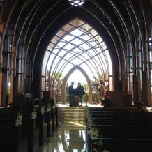荘厳な雰囲気の木の教会内部