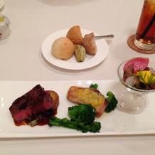 お肉、お魚、パンなどのワンプレート
