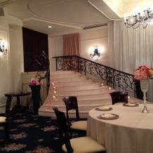 披露宴会場のシンデレラ階段
