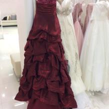 濃い赤の大人っぽいドレスです。