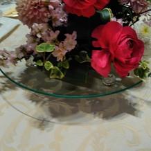 濃いきれいな色のテーブル装花です。