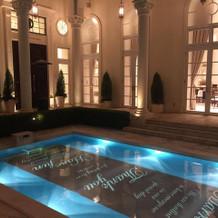 披露宴会場と繋がっている中庭のプール