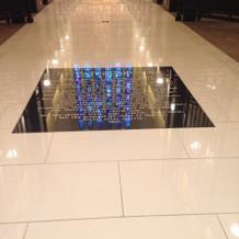 ステンドグラスからの光が映って見えます。