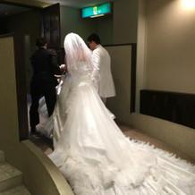 後ろが長い白ドレスです