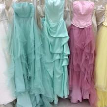 エメラルドグリーンの綺麗なドレスです。