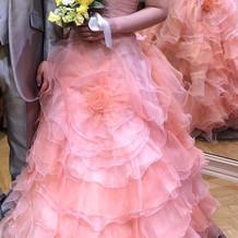 花に包まれたような感覚になるドレスです。