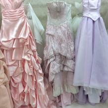 淡い色の綺麗なドレスです。