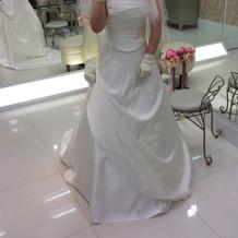 シンプルできれいなドレスです。