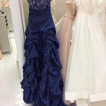 濃い青の上品なドレスです。