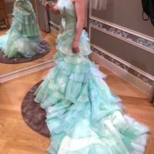 生地に動きがあり、素敵なドレスです。