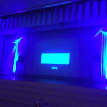 披露宴会場のスクリーン、舞台。