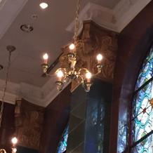挙式場のシャンデリアとステンドガラス