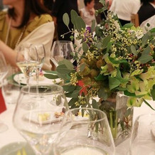 テーブル装花もグリーンでナチュラルに